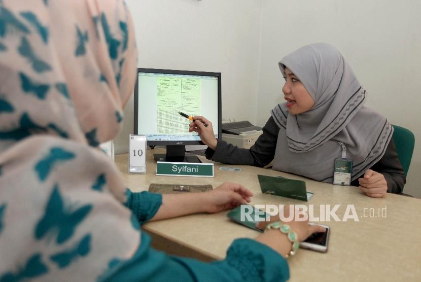 Karyawan melayani nasabah bank. ilustrasi