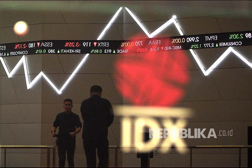 Karyawan melintas di bawah monitor pergerakan Indeks Harga Saham Gabungan (IHSG) Bursa Efek Indonesia, Jakarta, Selasa (19/12). IHSG kembali mencetak rekor tertinggi baru sepanjang masa dengan ditutup naik 33,70 poin atau 0,55 persen sehingga menjadi 6.167,67 setelah sebelumnya juga sempat rekor di level 6.113,653 pada Kamis 14 Desember 2017.