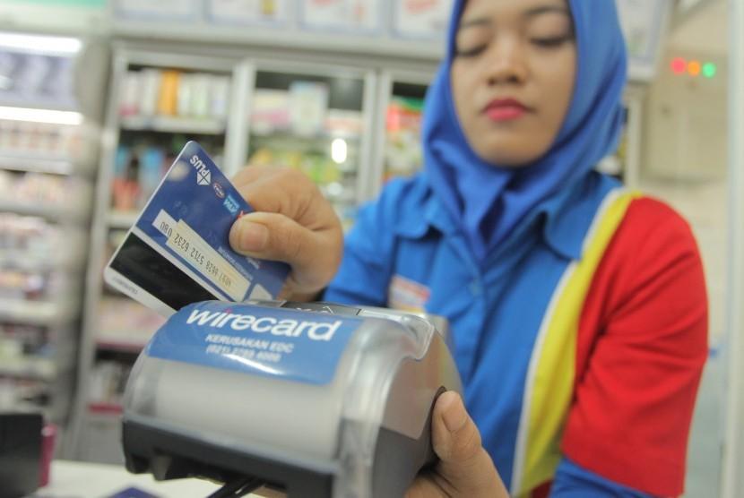 Karyawan toko mengesekan kartu debit di mesin Electronic Data Capture (EDC) di Jakarta, Selasa (5/9).
