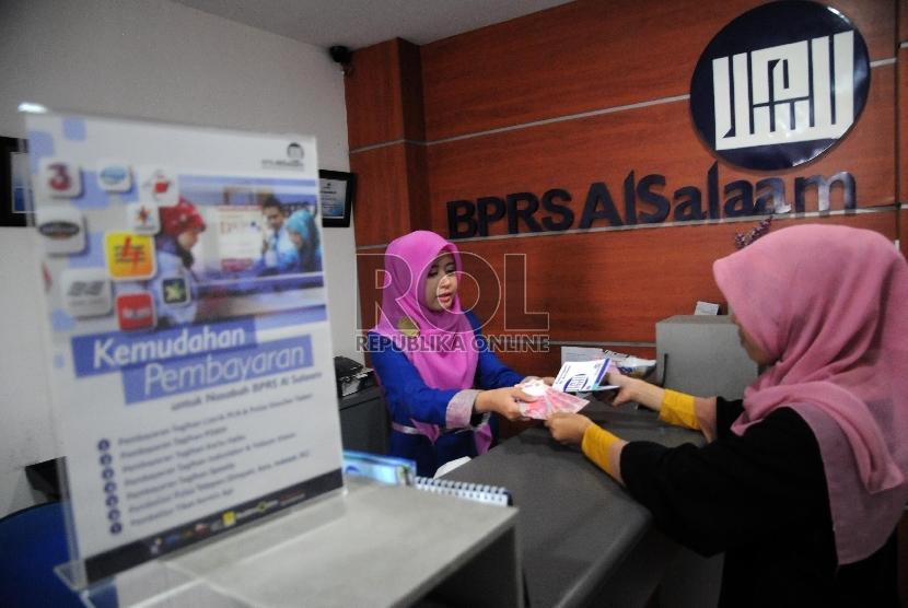 Karyawati melayani nasabah di bank pembiayaan rakyat syariah (BPRS) Al Salaam, Jakarta. (Republika/Agung Supriyanto)
