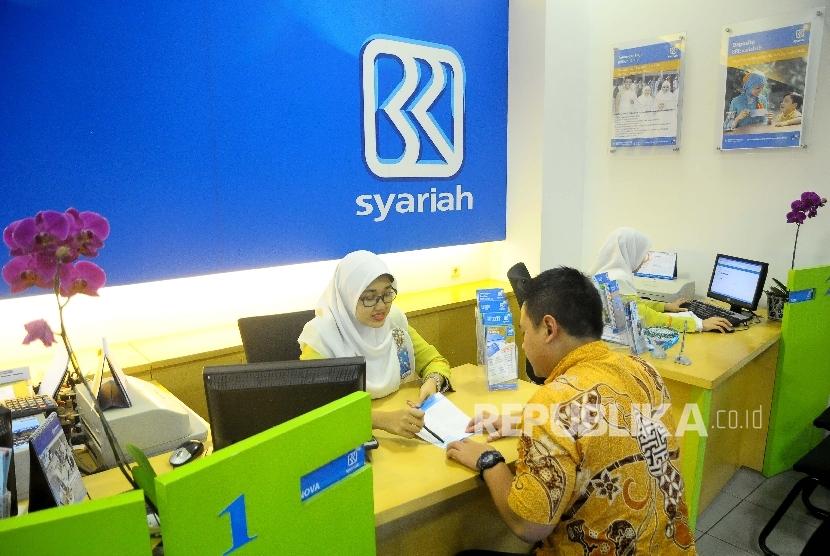 Karyawati melayani nasabah di Banking Hall Bank BRI Syariah, Jakarta (Ilustrasi)