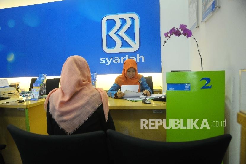 Karyawati melayani nasabah di Banking Hall Bank BRI Syariah, Jakarta, Rabu (17/5).