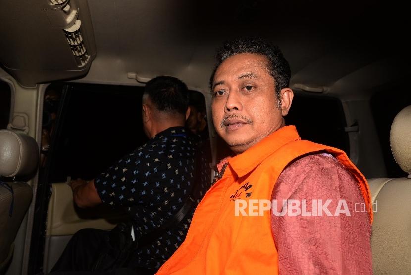 Kasubdit Bukper Ditjen Pajak Handang Sukarna menaiki mobil tahanan seusai diperiksa KPK terkait kasus penyuapan, Jakarta, Selasa (22/11) malam.