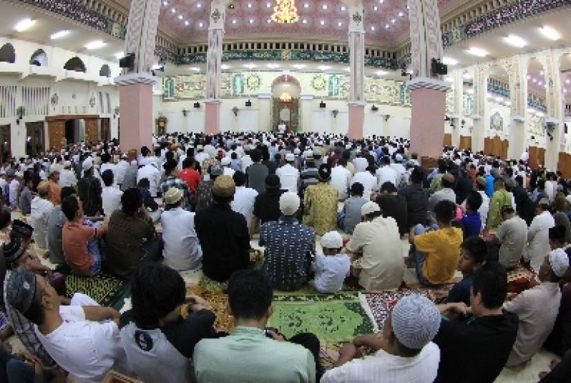Kaum Muslim di Gorontalo melaksanakan shalat berjamaah di Masjid Baiturrahim, Gorontalo.