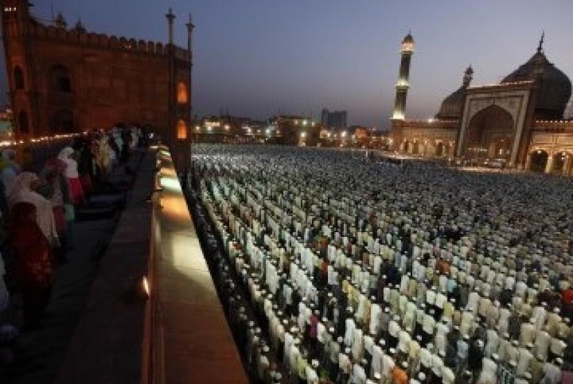 Kaum muslim India shalat subuh berjamaah di Masjid Jama New Delhi. Dipimpin oleh Imam Masjid Agung Makkah Abdul Rehman Sudais, Ahad 27 Maret 2011