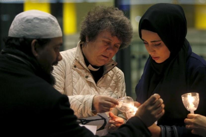 Kaum Muslim London menyalakan lilin tanda bela sungkawa (Ilustrasi)