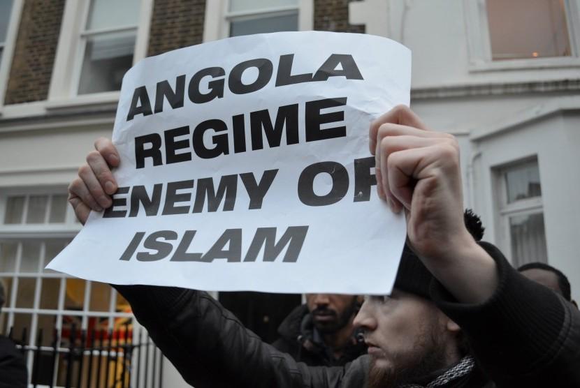 Kaum Muslim memprotes pemerintah Angola.