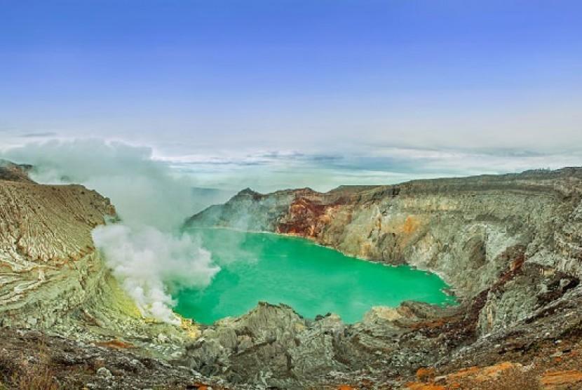 Kawah Ijen di Jawa Timur.