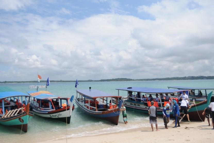 Kawasan wisata Indonesia, seperti Pulau Lengkuas di Belitung, banyak diminati pelancong termasuk lansia. Namun belum semua tempat wisata cocok dijadikan tempat liburan kaum lansia.