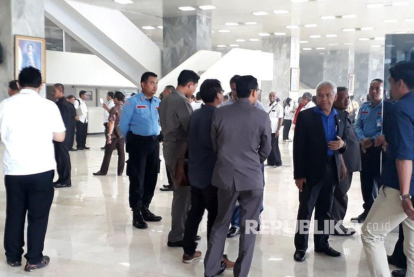 Anggota DPR dan MPR serta pegawai dievakuasi akibat kebakaran di ruangan lantai dua Gedung Nusantara III, Kompleks Parlemen Senayan, Jakarta pada Selasa (14/11).