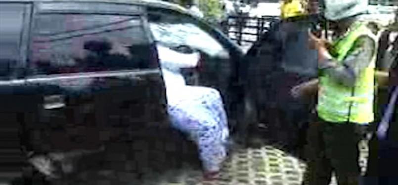 Kecelakaan maut terjadi di sekitar Tugu, Tani, Jakarta Pusat, Ahad (21/1). Sebuah Xenia Hitam bernomor polisi,  B 2479 XI menabrak pejalan kaki. (Video Capture)