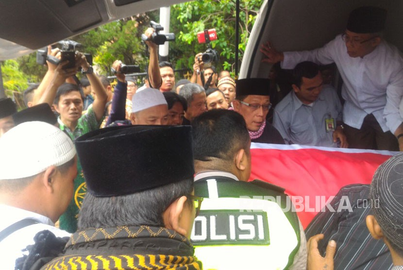 Kedatangan jenazah almarhum AM Fatwa dan keluarga di rumah duka Jalan Condet Pejaten, Jakarta Selatan, Kamis (14/12). Jenazah dibawa menggunakan mobil ambulans milik DPR RI.