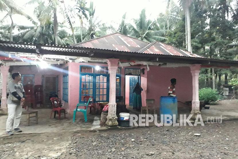 Kediaman keluarga Beny Syamsu Trisno, napi teroris yang tewas dalam kerusuhan Mako Brimob. Warga Nagari Malai Limo Suku Timur keberatan jenazah Beny dimakamkan di kampungnya.