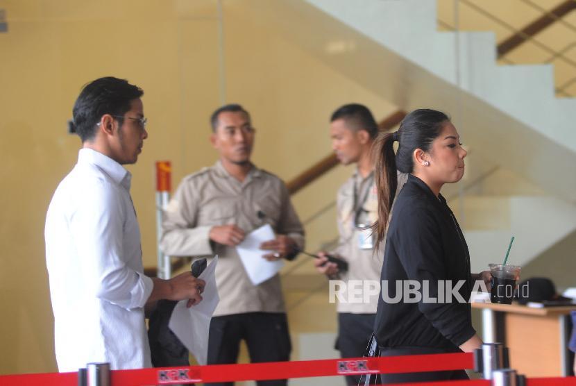Kedua Anak Setya Novanto Dwina Michaella(kiri) dan Rheza Herwind0(kanan) tiba di Gedung KPK, Jakarta , Rabu (10/1). Keduanya dijadwalkan untuk pemeriksaan sebagai saksi kasus tindak pidana korupsi KTP Elektronik Anang Sugiana Sudiharjo (ASS).