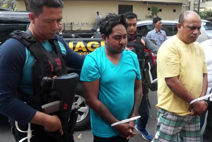 Kedua terduga pelaku pembacokan ahli telematika ITB, Hermansyah yakni Laurens Paliyama (31) dan Edwin Hitipeuw (37) disergap sekitar pukul 01.00 WIB di Jalan Raya Sawangan, Kota Depok.