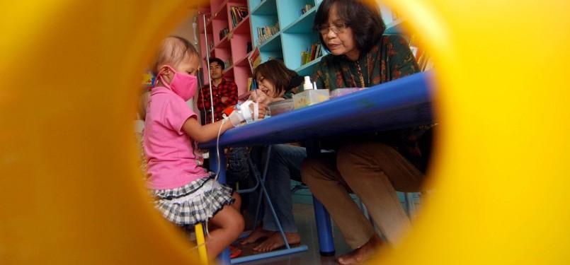 Kegiatan Melukis Pasien Kanker Anak Dharmais. (Republika/Prayogi)