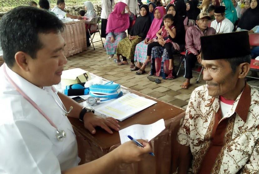 Kegiatan pengobatan gratis Bio Farma untuk 1500 masyarakat di Kampung Kokol, Desa Cipakat,Kecamatan Singaparna, Kabupaten Tasikmalaya.