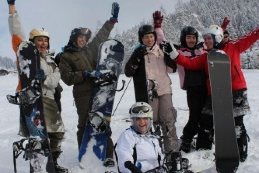 Kegiatan Snowboarding MJO