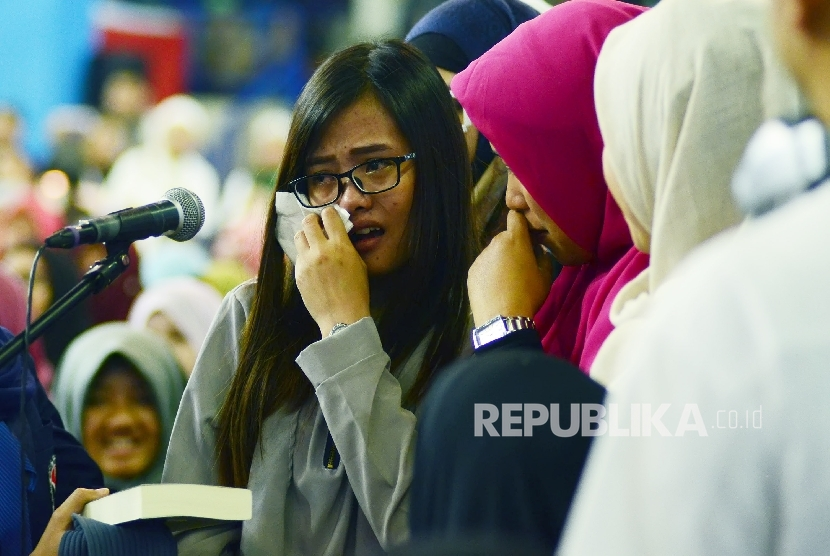 Keharuaan saat seorang jamaah mengucapkan kalimat Syahadat menyatakan diri masuk Islam pada acara Dr Zakir Naik Indonesia Visit 2017 bertajuk Da'wah Or Destructioin di Gymnasium Universitas Pendidikan Indonesia (UPI), Kota Bandung, Ahad (2/4).
