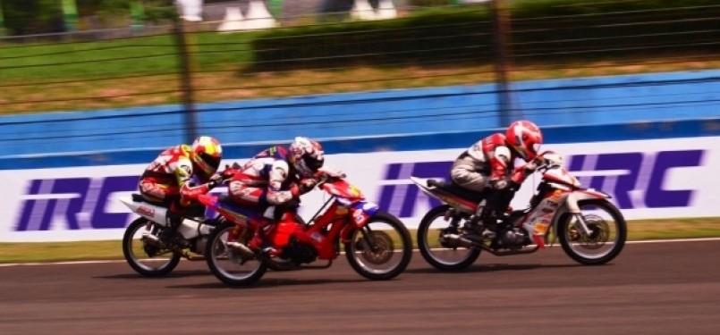 Kejuaraan balap motor Indoprix 2011 seri 3 yang disponsori oleh ban IRC - Sirkuit Sentul Internasional (www.sportku.com)