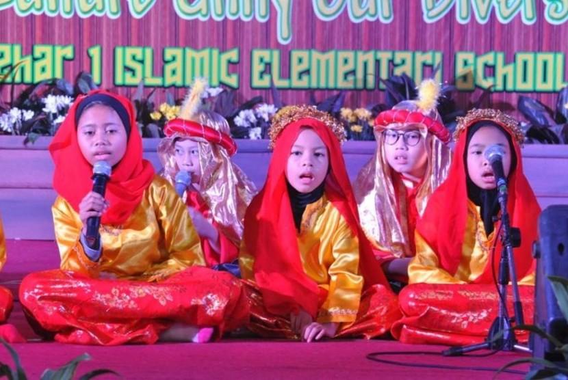 Kelas 4 SD Islam Al Azhar 1 Kebayoran Baru tampil dalam kegiatan Assembly.