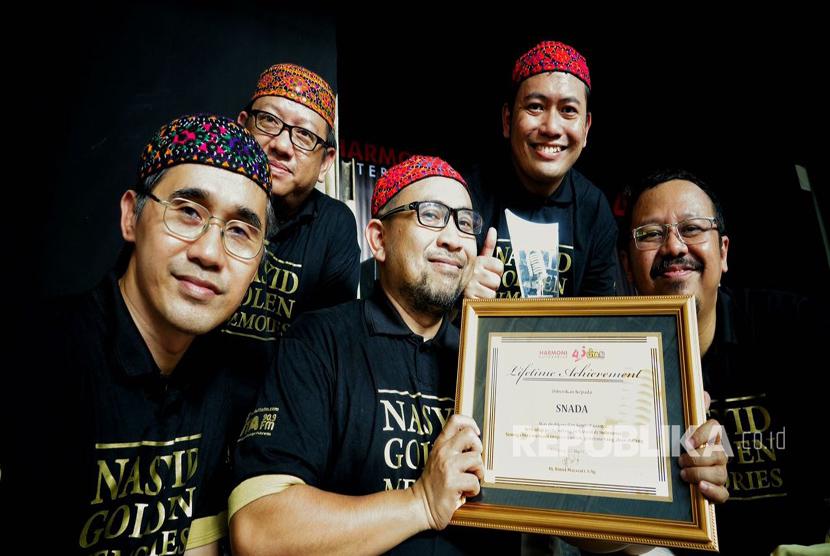 Kelompok Nasyid Snada meraih Lifetime Achievement Award dalam acara Nasyid Golden Memories yang digelar di Padepokan Seni Mayang Sunda, Bandung akhir pekan lalu.