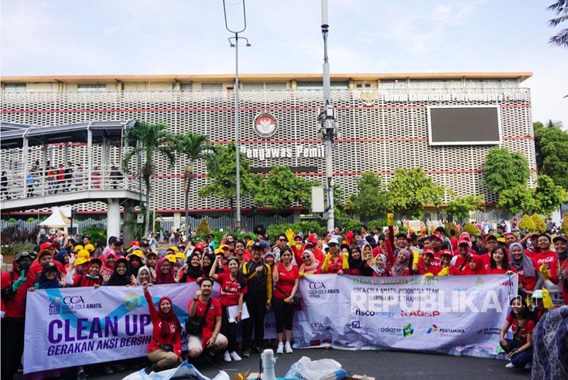 Keluarga Coca-Cola Amatil Indonesia bersama mahasiswa Universitas Indonesia menggelar aksi sosial Clean Up Jakarta Day