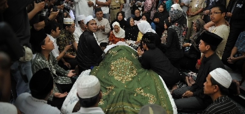 Keluarga dan kerabat berdoa di dekat jenazah KH Zainuddin MZ di rumah duka, di kawasan Gandaria, Jakarta Selatan, Selasa (5/7).