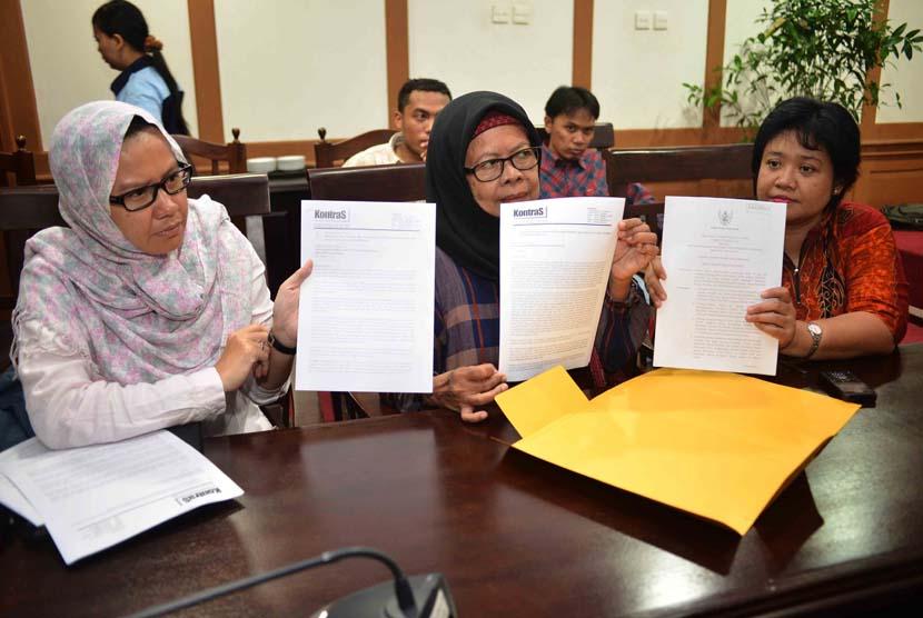 Keluarga korban tragedi 1965 dan penculikan aktivis prodemokrasi yang diwakili oleh Ruyati Darwin (tengah) bersama Komisi Untuk Orang Hilang dan Tindak Kekerasan (KontraS) mendatangi Kantor Ombudsman RI, Jakarta, Senin (9/6).