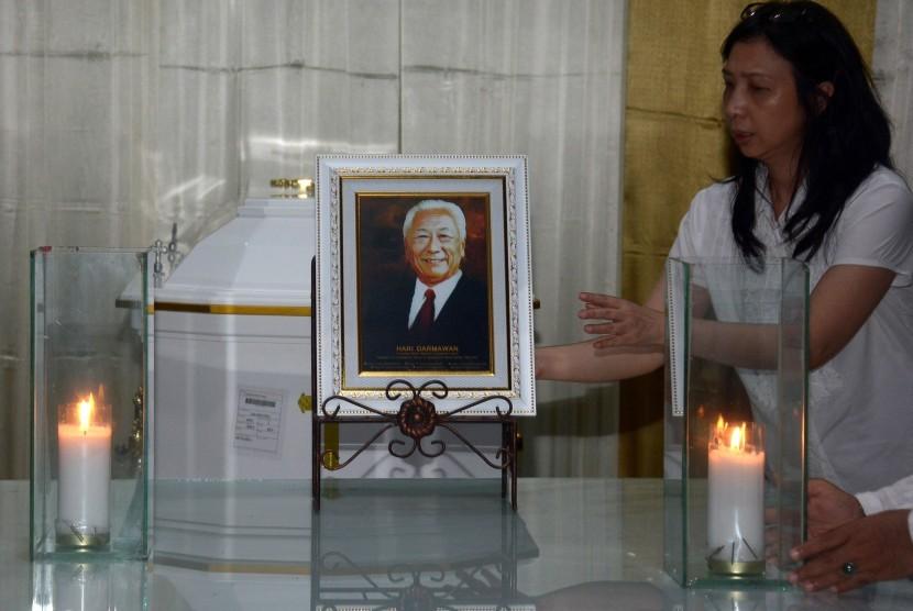 Keluarga menata lilin dan foto di samping jenazah Hari Darmawan di Rumah Duka Kertha Semadi Denpasar, Ahad (11/3).
