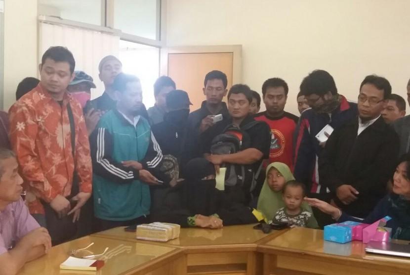 Keluarga Siyono membawa bungkusan uang yang diberikan Densus 88 saat mendatangi kantor Muhammadiyah Yogyakarta