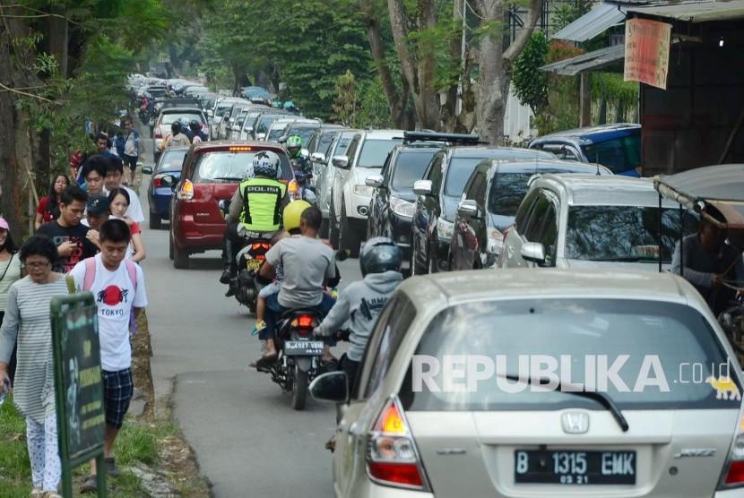 Kemacetan di jalur alternatif dan jalur menuju tempat wisata di Jl Maribaya, Kecamatan Lembang, Kabupaten Bandung Barat, Kamis (7/7). (Republika/Edi Yusuf)