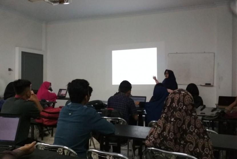 Kemahasiswaan AMIK BSI Pontianak memberikan pelatihan jurnalistik kepada anggota organisasi mahasiswa AMIK BSI Pontianak.
