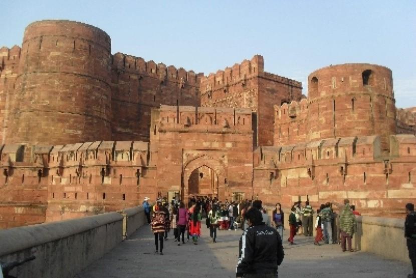 Kemegahan dan keindahan Benteng Agra peninggalan Kerajaan Mughal di Agra, India, selalu menjadi daya tarik pelancong untuk mengenal lebih jauh benteng yang dibangun awal abad ke-15 Masehi ini. Benteng Agra terletak 2,5 kilometer dari Taj Mahal, situs waris