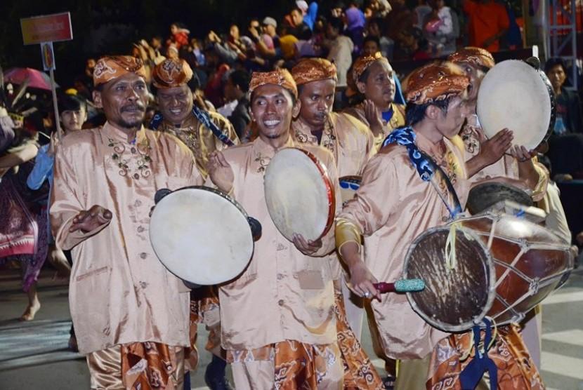 Kemilau Nusantara: Penampilan kesenian terebangan dari Cirebon, Jabar pada karnaval seni budaya 'Kemilau Nusantara 2013' di halaman Gedung Sate, Kota Bandung, Sabtu (12/10) malam. Dalam acara taunan tersebut, berbagai seni budaya khas daerah di nusantara d