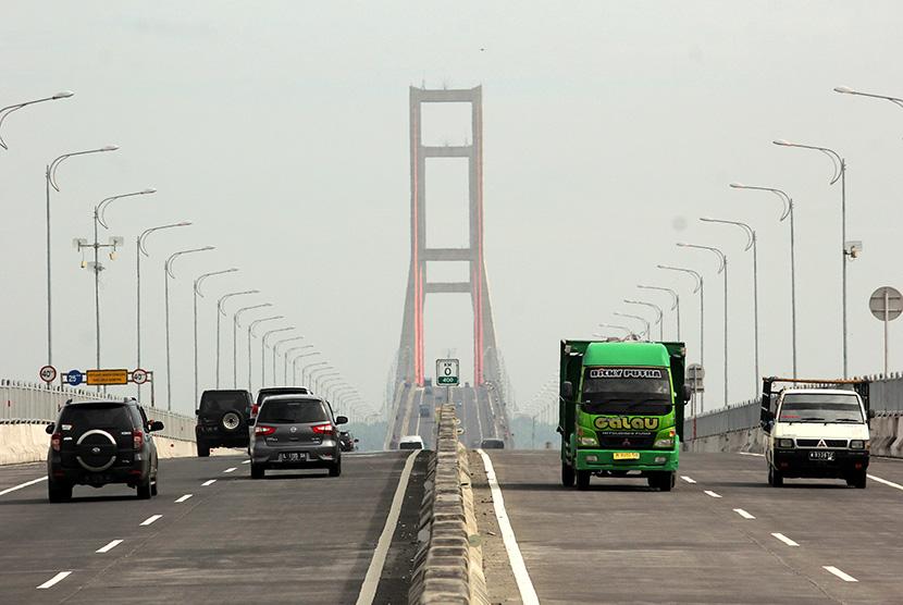 Antrean Kendaraan di Jembatan Suramadu Kian Memanjang