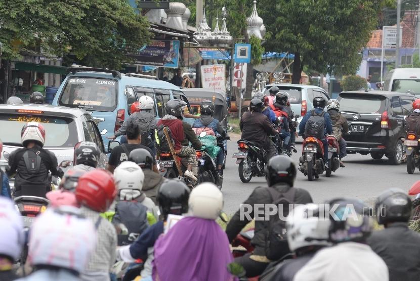 Kendaraan bermotor melintas di Bundaran Kedaung, Cirebon, Jabar, Jumat (23/6).