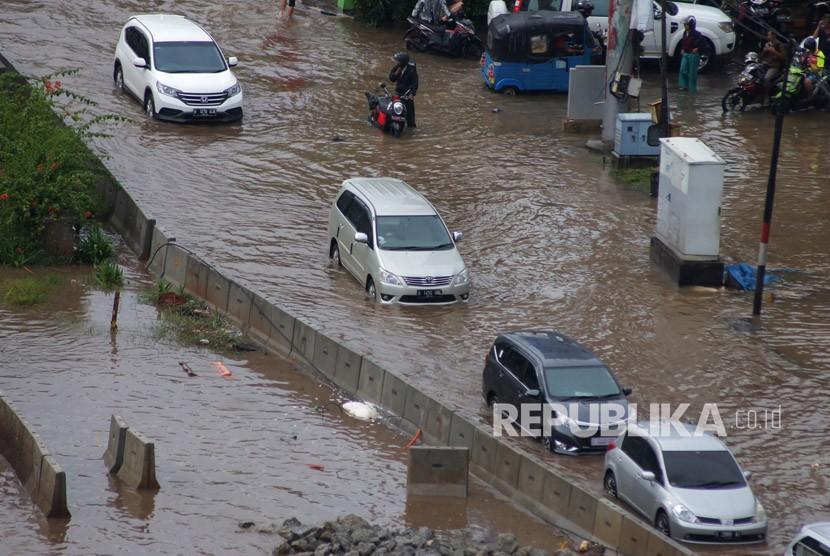 Kendaraan berusaha melintasi kawasan banjir (ilustrasi)