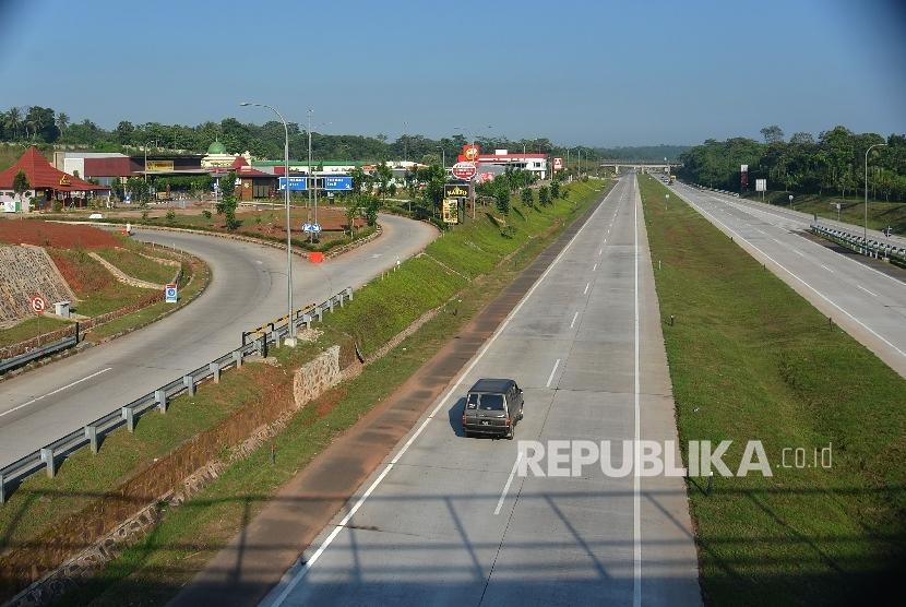 Kendaraan melintas di depan rest area di ruas tol Cipali, Jawa Barat, Kamis (8/6).