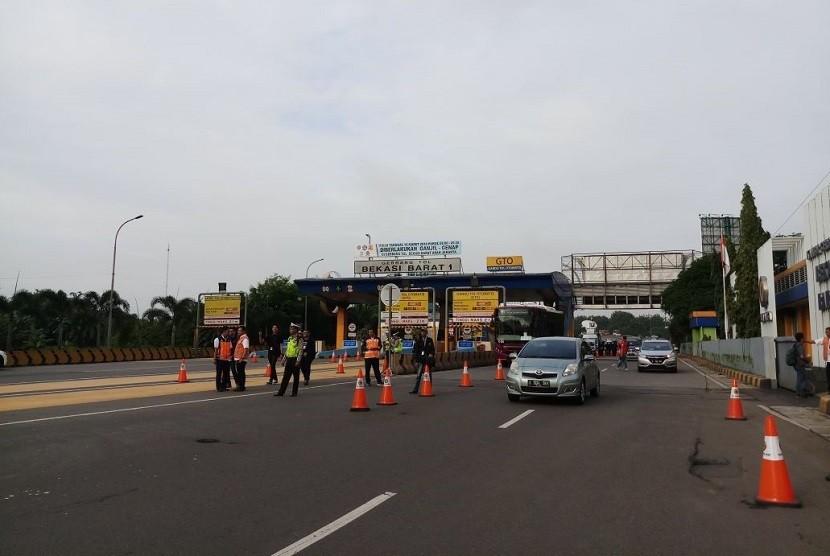 Kendaraan melintas di gerbang tol Bekasi Barat 1 pada saat hari pertama penerapan aturan ganji-genap di Jalan Tol Cikampek, Senin (11/3).