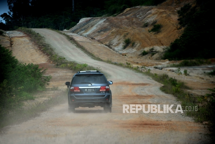 Kendaraan melintas di jalan negara Trans Kalimantan di Bengkayang, Kalimantan Barat.  (Republika/Wihdan)