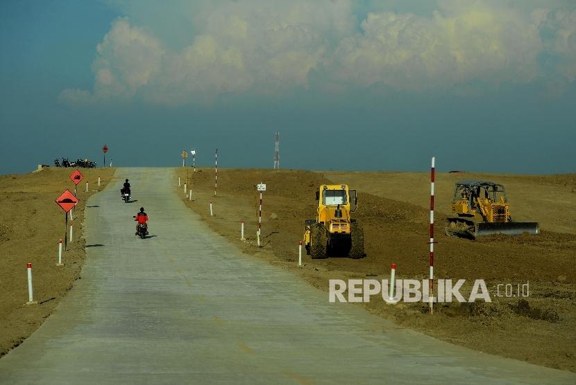 Kendaraan melintas di jalur tol Brebes Timur-Grinsing di ruas Pemalang, Jawa Tengah, Kamis (8/6).