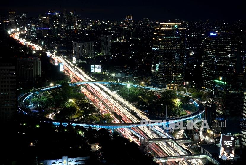 Kendaraan melintas di Simpang Susun Semanggi saat dilakukannya uji coba open traffic Simpang Susun Semanggi di Jakarta, Jumat (28/7).