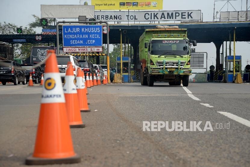 Kendaraan melintas saat keluar gerbang tol Cikampek yang dikelola PT Jasa Marga, Tbk.