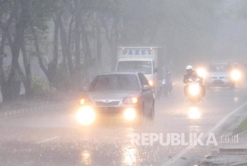 Pohon Bertumbangan Akibat Hujan Deras di Jakarta