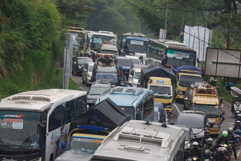 Kendaraan pemudik melintasi Jawa Barat (ilustrasi).