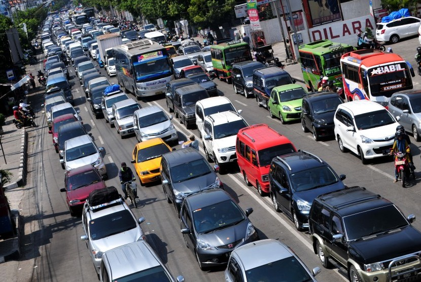 Kendaraan pemudik terjebak kemacetan saat melintas di jalur Pantura, Tegal, Jawa Tengah, Selasa (21/7).