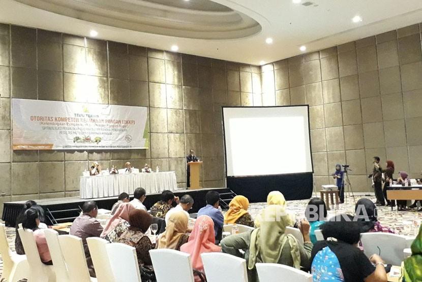 Kepala Badan Ketahanan Pangan Agung Hendriadi memimpin pertemuan teknis Optimalisasi Peran Otoritas Kompeten Keamanan Pangan (OKKP) Daerah Dalam Rangka Pengawasan Regulasi Mutu dan Keamanan Pangan di Hotel Harris Bandung, Rabu (8/11).