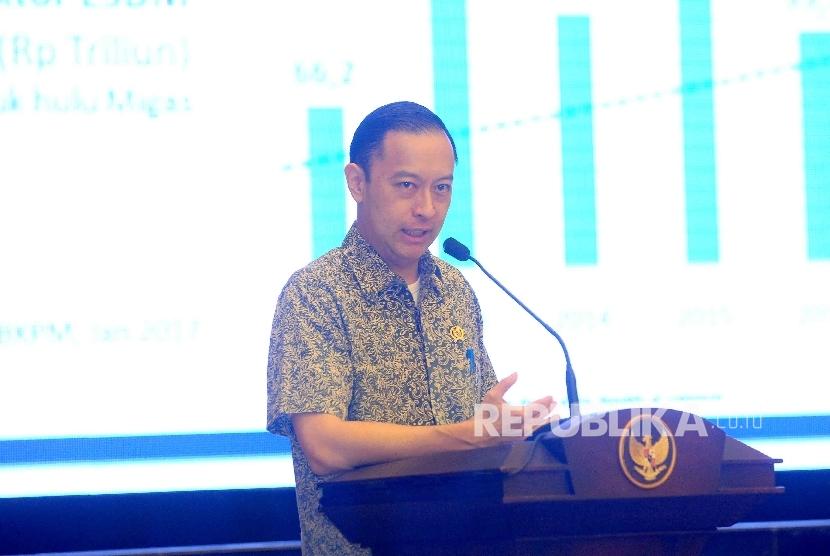 Kepala Badan Koordinat Penanaman Modal (BKPM) Thomas Lembong memberikan sambutannya saat meresmikan layanan investasi tiga jam sektor ESDM di Gedung BKPM, Jakarta, Senin (30/1).