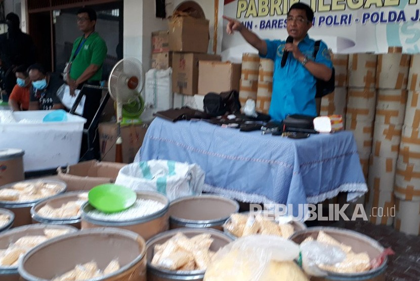BNN chief Commissioner General Budi Waseso explains the raid of 13 million paracetamol caffein carisoprodol (PCC) pills from a rented house that had functioned as a factory to produce the drugs on Halmahera Raya Street in Semarang, on Monday.